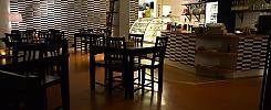 Komplett Café med köksutrustning och inventarier.
