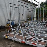 3 x bukkestillads med forlængere og overligger og aludæk/3 xbyggnadsställningar (bockar) med tillbehör