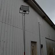 2 standere for pladslamper, heraf en med lampe/